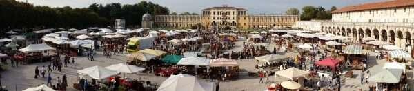 Immagine di piazza Paolo Camerini durante il Mercatino